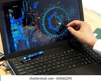Ingenieur, der am Computer arbeitet, bei der Konstruktion eines mechanischen Stücks