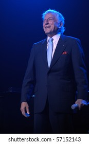 ENGLEWOOD, NJ - MAY 21:  Tony Bennett performs for the annual gala at Bergen Performing Art on May 21, 2006  in Englewood, NJ.