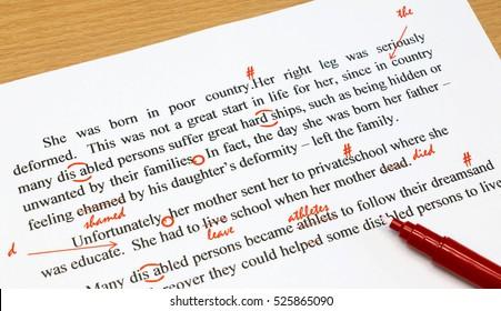 englisches Korrekturblatt mit roten Zeichen