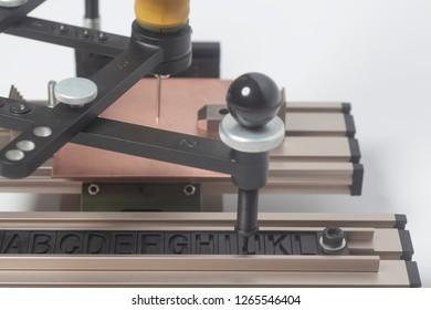 Engraving device pantograph with CNC engraver with letterpress alphabet