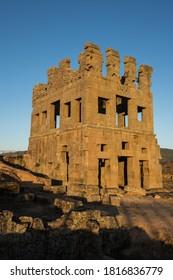 L'énigmatique tour d'âge romaine de Centum Cellas baignée par la lumière du lever du soleil. Situé à Belmonte, district de Guarda, Portugal