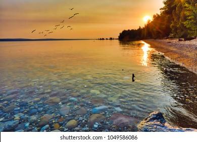 Profitez de la vue sur le lac Michigan au lever et au coucher du soleil.  Ce point de vue se situe entre Petoskey et Charlevoix Michigan.