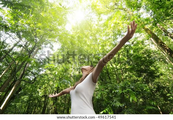 Genießen Sie die Natur. Junge Frauen wurden aufgewachsen und genossen die frische Luft im grünen Wald.