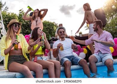 Freuen Sie sich auf eine Poolparty mit Freunden. Gruppe von Freunden, die mit Schwimmbad feiern.
