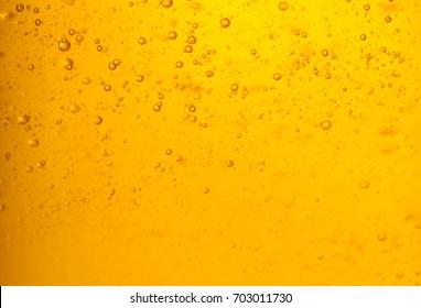 Vergrößertes Foto eines orangefarbenen Duschgels mit Bläschen