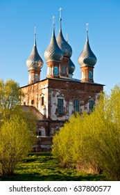 The ensemble of the churches of the Trinity (1768), Nicholas the Wonder-worker (1850), and the Georgian Icon of the Mother of God (1768)/ Vasilievskoe village/ Ivanovo region/ Russia/ Golden Ring