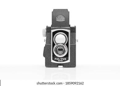 ENSIGN FUL-VUE SUPER CAMERA HOOD UP Plymouth Devon UK November 21st 2020: British Ross Ensign Ful-Vue Super Pseudo Twin Lens Reflex Vintage Art Deco Box Camera Ful Vue Box Camera Clipping Path in JPEG