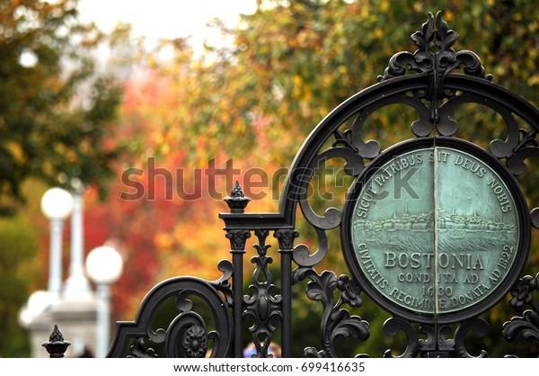 La porte d'entrée du jardin public de Boston (l'espace public est Boston), le chant est le sceau officiel de Boston (domaine public, publié avant 1923).  (Parcs publics, pas besoin d'autorisation du propriétaire)