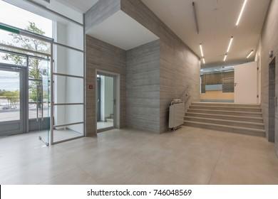 Eingang in eine moderne Klinik oder ein modernes Bürozentrum