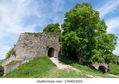Eintritt in eine alte Burgruine mit zwei Toren, aufgenommen auf Hohenurach Castle, Bad Urach, Deutschland