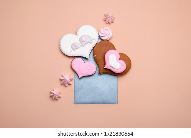 The envelope for writing is filled with gingerbread gingerbread in the form of hearts of different forms. Flat lay