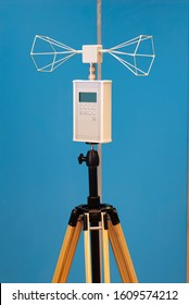 Environmental analysis instrumentation for Faraday cages, with biconical antenna