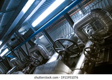 Ausrüstung, Kabel und Rohrleitungen, wie sie in einem modernen Industriekraftwerk zu finden sind. Industriezone, Stahlrohrleitungen, Ventile, Kabel und Wege