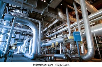 Ausrüstung, Kabel und Rohrleitungen, wie sie in einem Industriekraftwerk vorhanden sind
