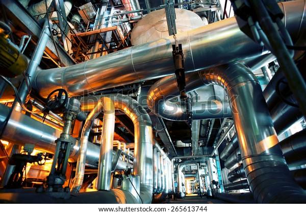 Ausrüstung, Kabel und Rohrleitungen wie in einem modernen Industriekraftwerk