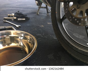 Equipment to change lubricating oil. Aluminum containers are used for lubricating oils.