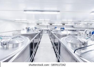 Ausrüstung Milchfabrik, Milchfabrik. Edelstahlspeicher- und -aufbereitungsanlagen.