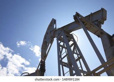 Equipment for extracting oil from the ground