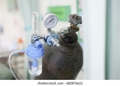 Equipment medical Oxygen tank and pipeline meter : use control pressure oxygen gas for care a patient respiratory disease and emergency CPR, selective focus.