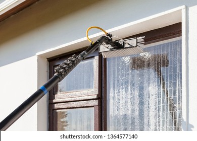 Equipment for washing and cleaning the window from the outside
