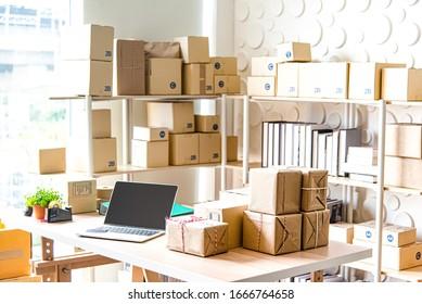 Ausstattung für KMU-Online-Geschäfte , Laptop für Lieferantengeschäfte, Barcode, Boxen, Überprüfung von Produkten auf Lager oder Paketen. Kleines Unternehmen, das im Heimatbüro arbeitet.