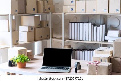 Ausrüstung für KMU Online-Geschäft , Lieferung Business Laptop, Barcode, Schachteln, Überprüfung von Produkten auf Aktien oder Paketen. Kleine Unternehmen, die im Heimbüro arbeiten.
