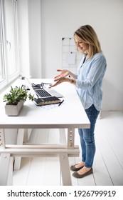 Ergonomische Stehhaltung der Frau bei der Benutzung eines Computers
