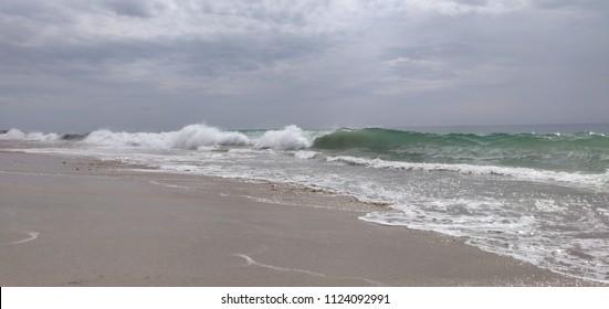 Esposende beach shorebreak wave.