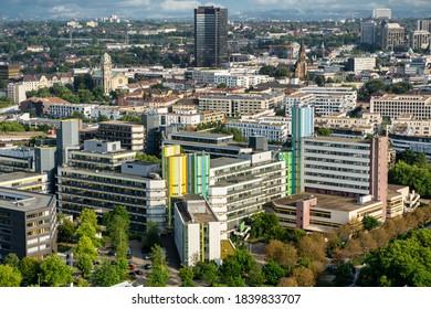 Essen, NRW, Deutschland, 29.08.2017 Luftaufnahme der Stadt Essen mit der Universität Duisburg - Essen im Vordergrund und dem Essener Rathaus