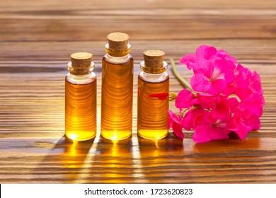 BlumenEssenz auf einem Tisch in einem schönen Glas