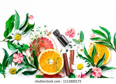 Huile essentielle pour la peau de beauté. Des ingrédients de beauté à plat, posés sur fond clair, vue de dessus. Concept de style de vie sain et de beauté. Copier l'espace