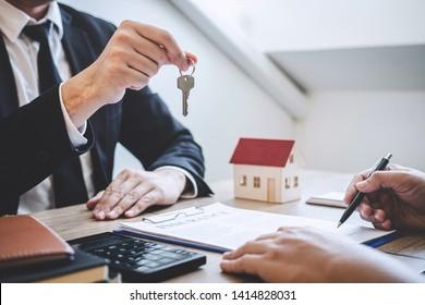 Immobilienmakler, die dem Kunden nach Unterzeichnung eines Vertrags Immobilien mit genehmigten Hypothekenbewerbungsformularen über Hypothekendarlehensangebote und Hausversicherungen zur Verfügung stellen.