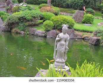Estatua japonesa en el lago