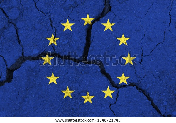 EU-Flagge auf der zerrissenen Erde. Europa-Flagge. Erdbeben- oder Dürrekonzept. Brexit