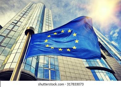 Die EU-Flagge winkt vor dem Gebäude des Europäischen Parlaments. Brüssel, Belgien