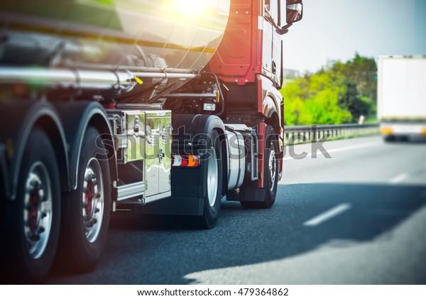 Euro Semi Truck auf der Autobahn. Seeschifffahrt