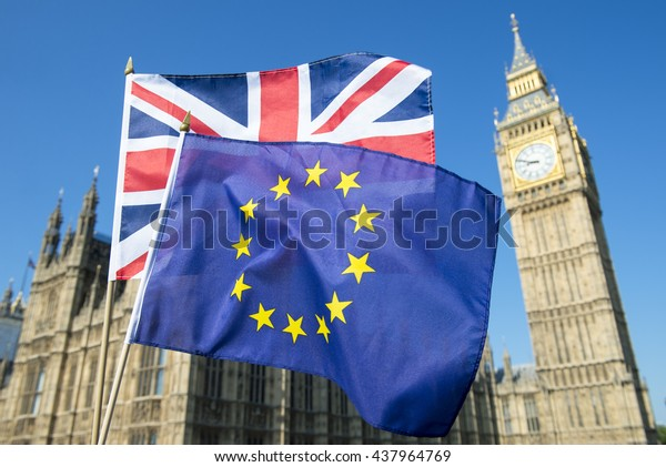 Le drapeau Jack de l'Union européenne et de l'Union britannique flotte ensemble devant Big Ben et les Chambres du Parlement au Palais de Westminster, à Londres, tandis que le Brexit progresse