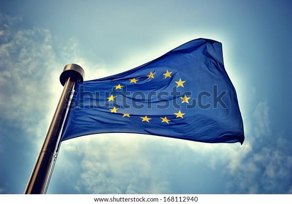 Flagge der Europäischen Union auf blauem Hintergrund