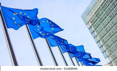 Flaggen der Europäischen Union vor dem Berlaymont-Gebäude