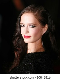"""Eva Green arrives at the world premiere of """"The Golden Compass"""" at the Odeon Leicester Square on November 27, 2007 in London, England"""