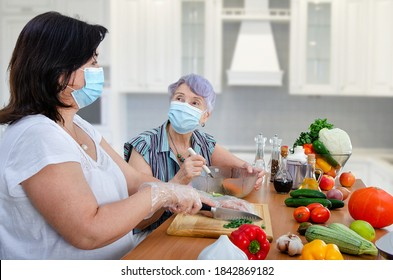 Even the pandemic could not cancel the weekly joint cooking of a vegetable salad by a caregiver and old lady. Only both are wearing protective face masks now.