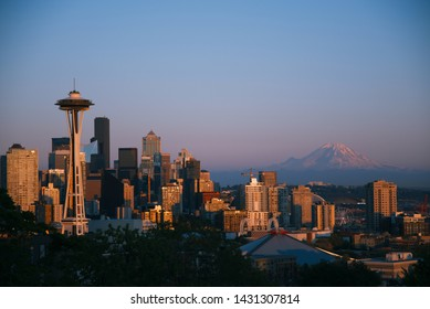 Evening cityscape of Seattle with view on Mount Rainier