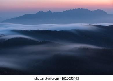 Niebla nocturna sobre las colinas