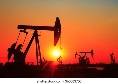 In the evening, the outline of the oil pump, it is very beautiful