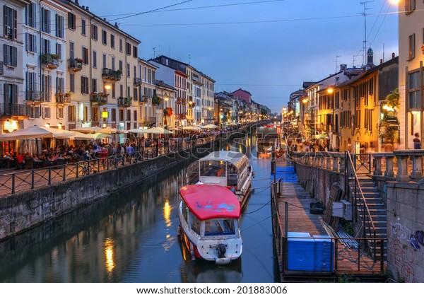 Abends Szene entlang des Naviglio Grande Kanals in Mailand, Italien.