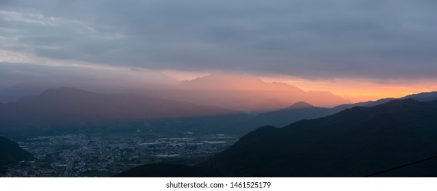 In the evening the sunset light from the foothills of the west side of Longchi Xiaochi Town produces the Tyndall phenomenon.