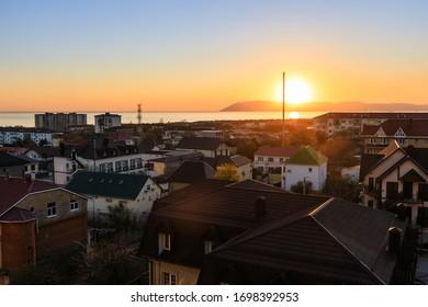 Abendblick auf die Ortschaft Kabardinka, Tsemesskaya Bay und Novorossiysk