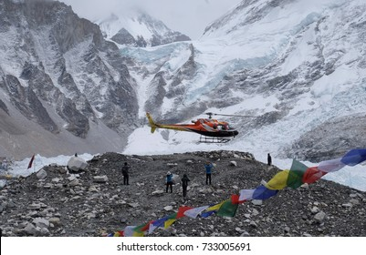 EVEREST BASE CAMP, NEPAL MEI 8, 2017: Rescue helicopter landing at Everest Base Camp. The Himalayas range has many of the highest peaks on Earth, including Everest Mount Everest.