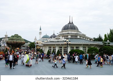 EVERLAND, YONGIN, KOREA - September 28 2015  : The unidentified tourists are travelling and enjoying at Everland, the famous amusement park ,Yongin, Korea.