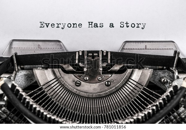 Jeder hat eine Geschichte geschrieben Wörter auf einer Vintage Schreibmaschine. Nahaufnahme